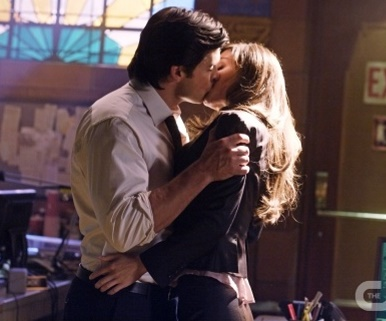 Lois and Clark kissing